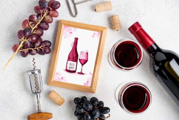 Quadro com garrafa de vinho na mesa Psd grátis