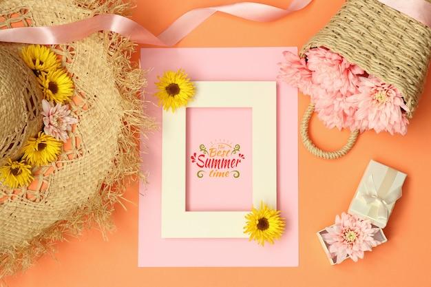 Quadro de maquete de verão plana leigos com chapéu de palha e cesta de flores Psd Premium