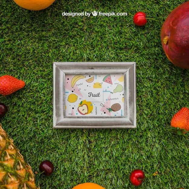 Quadro e frutas tropicais na grama Psd grátis