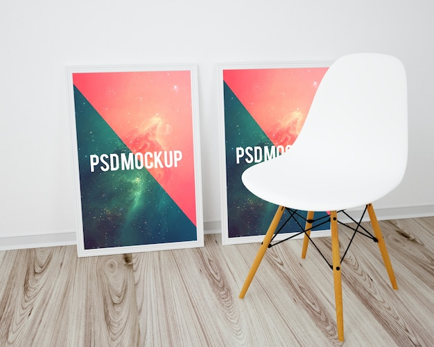 Quadros no chão de madeira e uma cadeira branca simulam Psd grátis