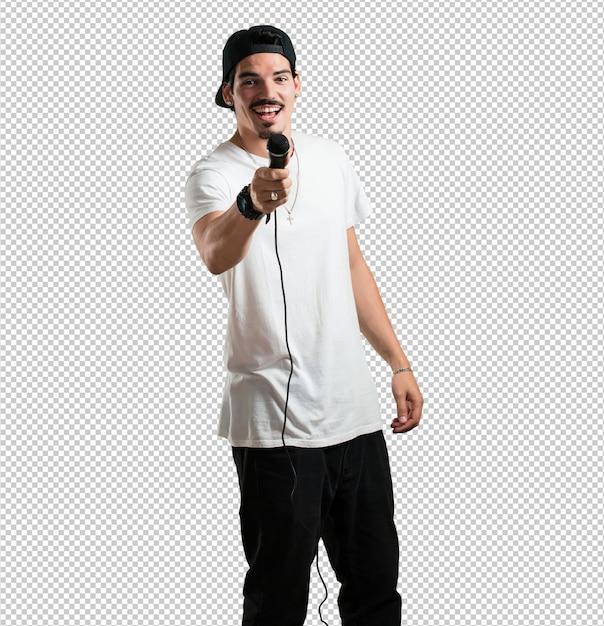 Rapper jovem homem feliz e motivado, cantando uma música com um microfone, apresentando um evento ou tendo uma festa, aproveite o momento Psd Premium