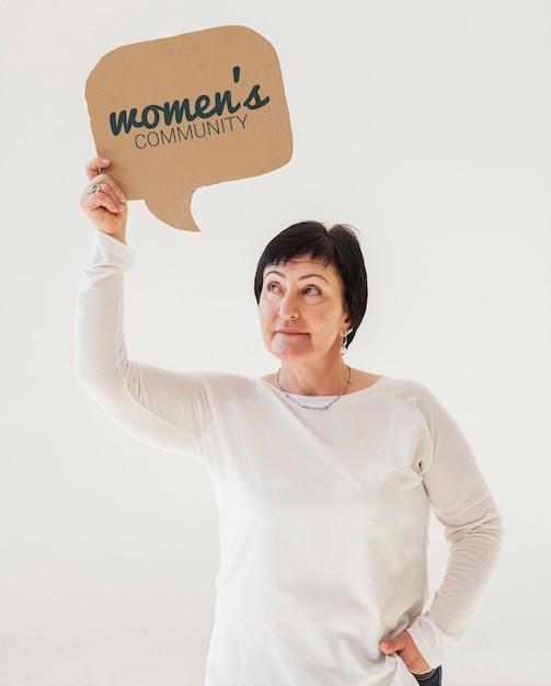 Retrato, de, mulher sênior, segurando, maquete, sinal Psd grátis