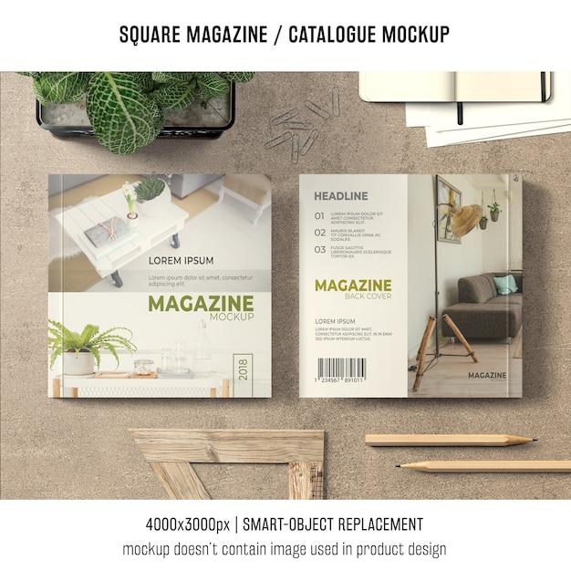 Revista quadrada ou maquete de catálogo na mesa Psd grátis