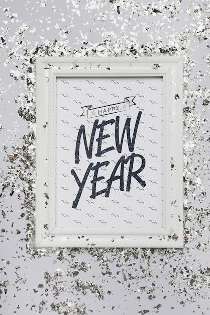 Rotulação plana ano novo letras no modelo de quadro com confete Psd grátis