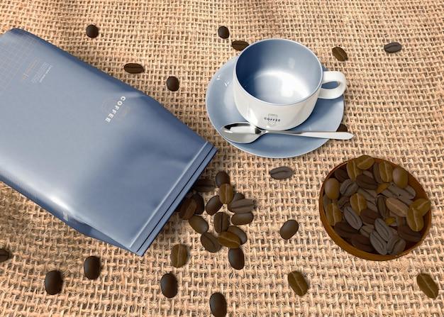 Saco de papel com maquete de grãos de café Psd grátis