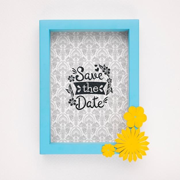 Salve a data mock-up moldura azul com flores amarelas Psd grátis