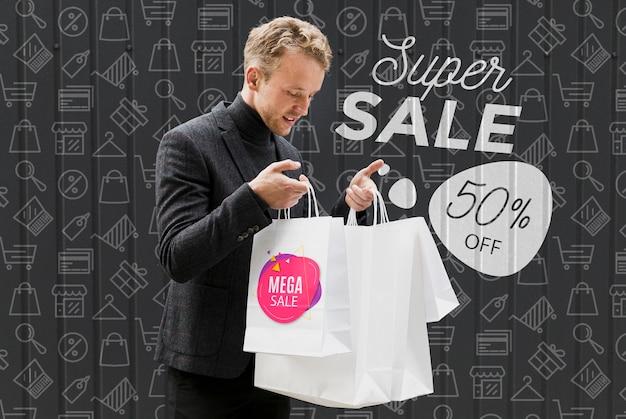 Satisifed masculino verificando suas compras Psd grátis