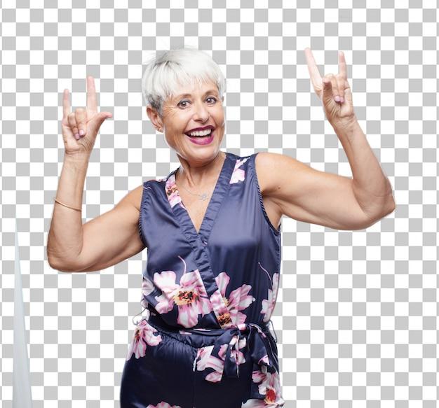 Senior legal mulher cantando rock, dançando, gritando, gesticulando de forma rebelde, com raiva. Psd Premium