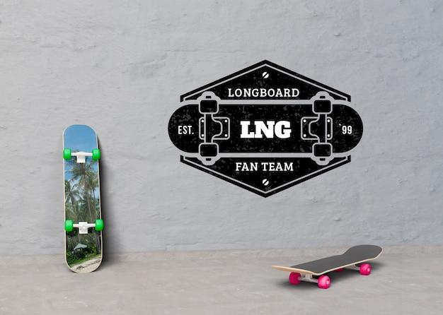 Skates de mock-up ao lado do logotipo Psd grátis