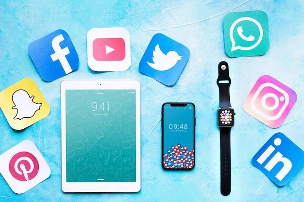 Smartphone e tablet maquete com conceito de mídia social Psd grátis