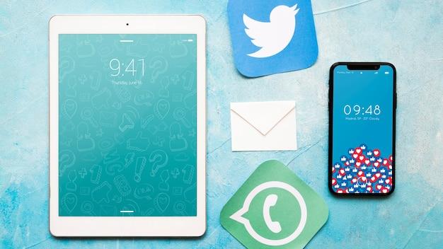 Smartphone e tablet maquete com o conceito de e-mail Psd grátis