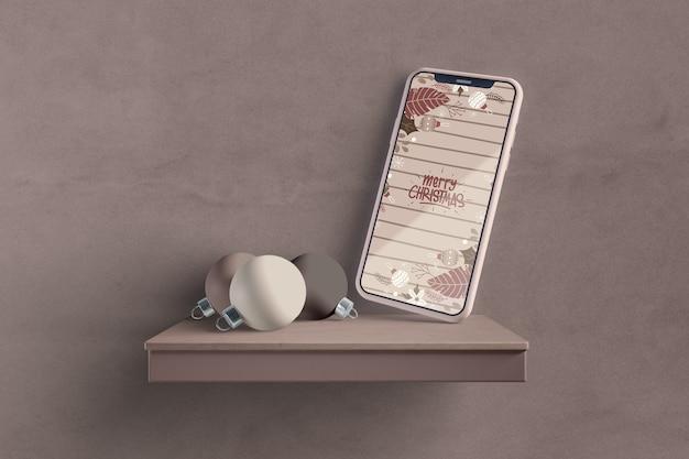 Smartphone moderno na maquete de prateleira Psd grátis