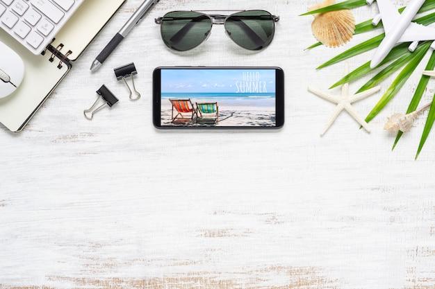 Smartphone simulado modelo com conceito de viagens de praia planejamento de verão. Psd Premium