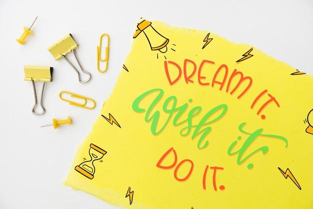 Sonhe, deseje, faça citação na vista superior de papel amarelo Psd grátis