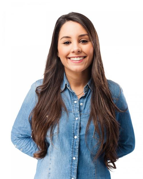 Sorrindo jovem mulher com as mãos nas costas Psd grátis