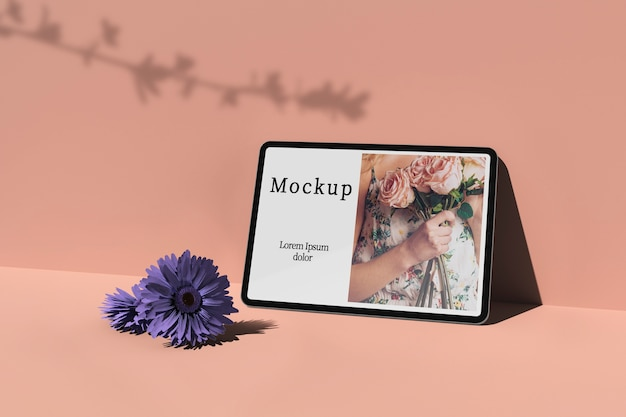Tablet com foto e flores Psd grátis
