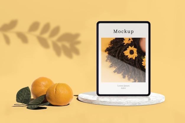 Tablet com foto e laranjas Psd grátis