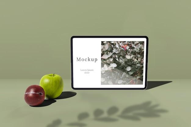 Tablet com maçã e ameixa Psd grátis