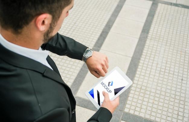 Tablet de exploração do homem com modelo de maquete Psd grátis