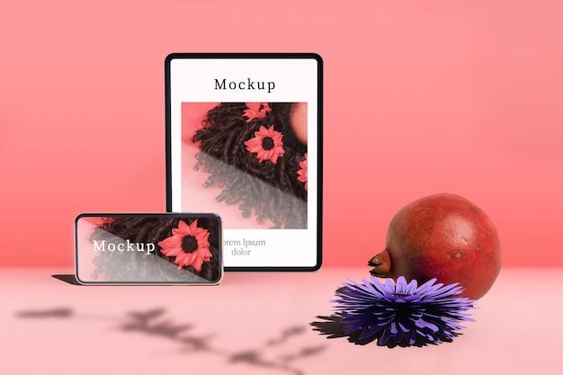 Tablet e smartphone com romã e flor Psd grátis