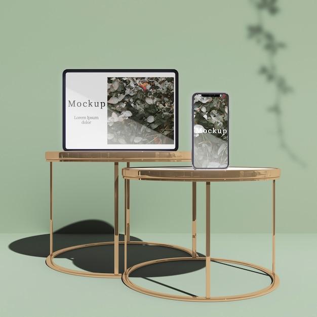 Tablet e smartphones em mesas com sombras Psd grátis