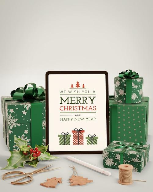 Tablet eletrônico ao lado de presentes para o natal Psd grátis