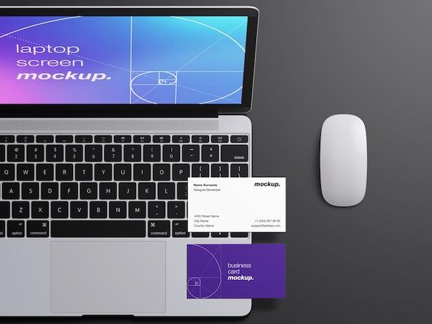 Tela do laptop do macbook realista com vista superior e maquete de cartões de visita profissionais Psd Premium