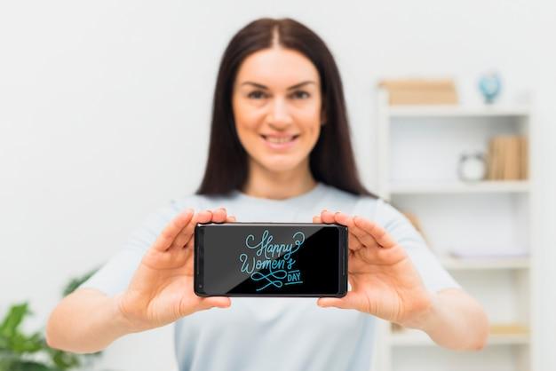 Tiro médio mulher sorridente com telefone Psd grátis