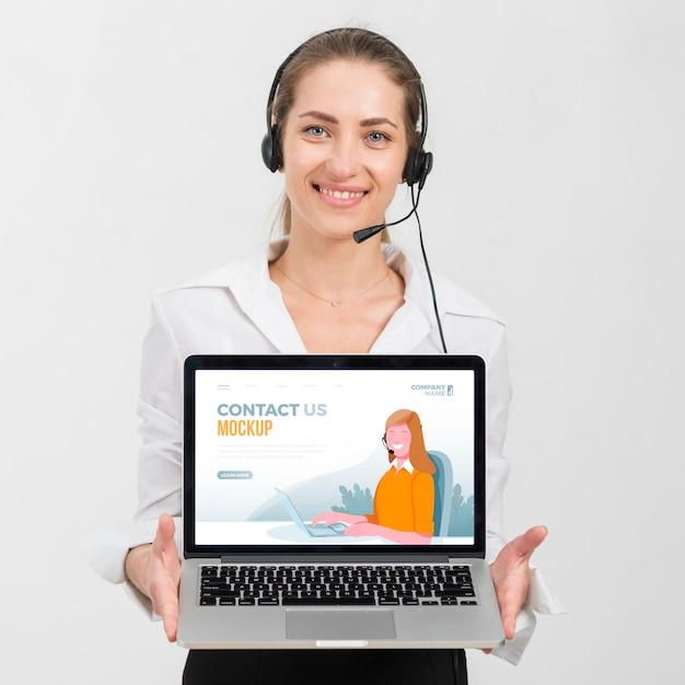 Trabalhador com assistente de call center de laptop Psd Premium