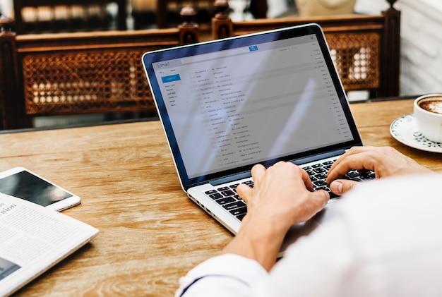 Trabalhando no laptop se conectando à internet Psd Premium