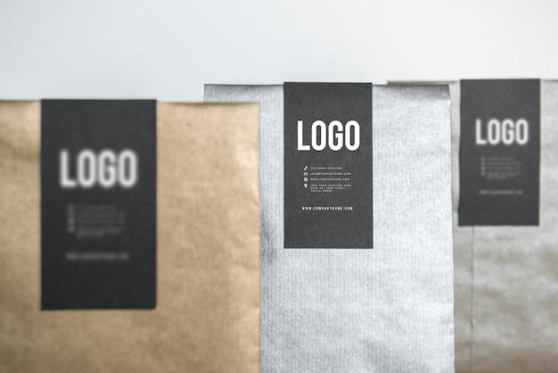 Três maquetes de embalagem de presente metálico Psd grátis