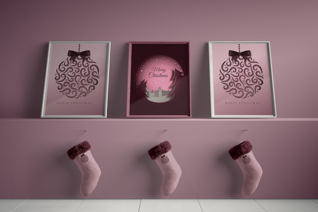Três quadros com meias enganchadas debaixo da prateleira Psd grátis