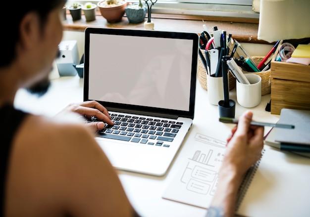 Um homem está trabalhando com laptop Psd grátis