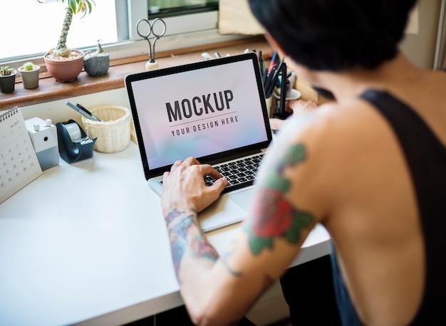 Um homem está trabalhando logo e ícone. Psd grátis