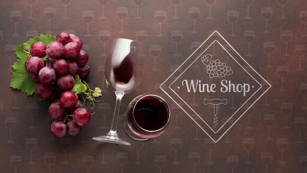 Uva orgânica com copo de vinho ao lado Psd grátis