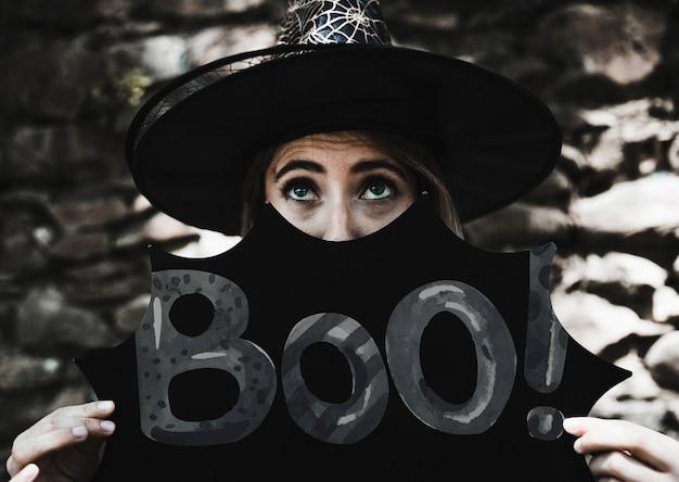 Vaia! assinar com uma mulher vestida como uma bruxa Psd grátis