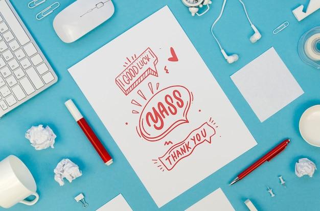 Variedade com maquete de cartão em fundo azul Psd grátis