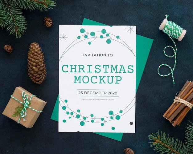 Variedade de elementos da véspera de natal com maquete de cartão Psd grátis