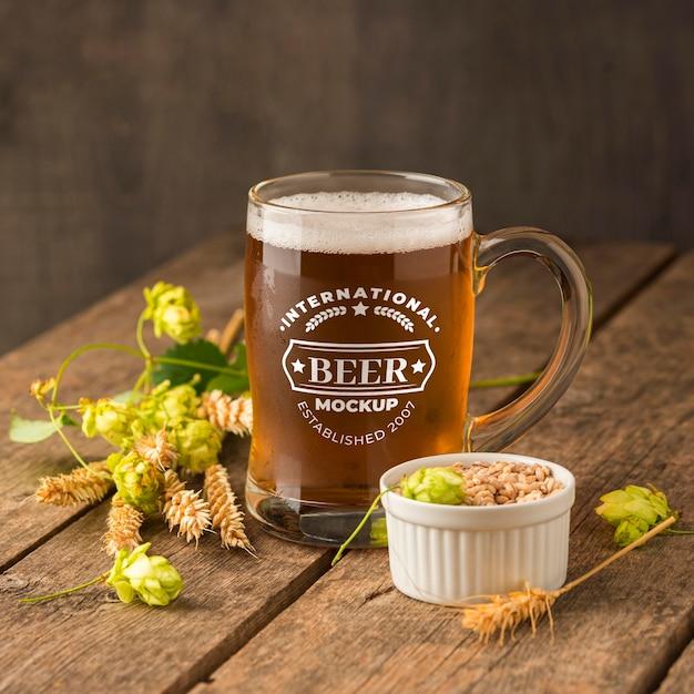 Vista frontal da cerveja com modelo de cevada Psd grátis