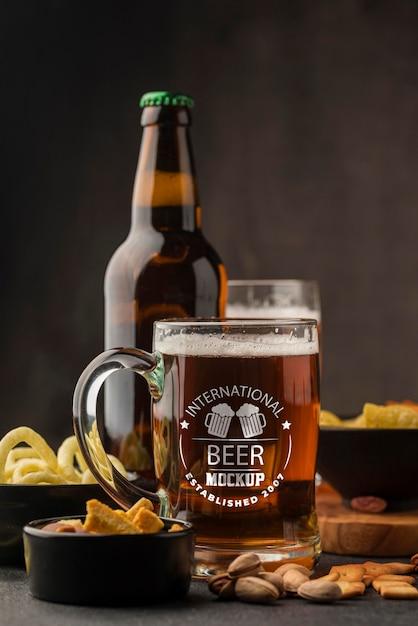 Vista frontal da cerveja e garrafa Psd grátis
