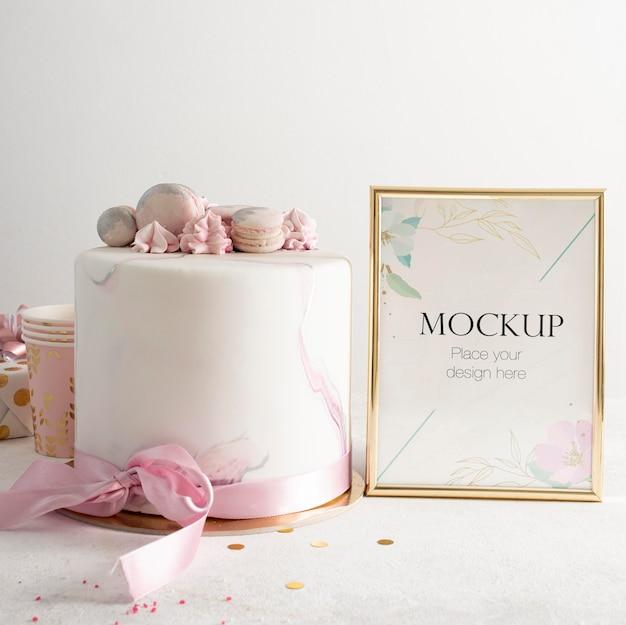 Vista frontal da elegante moldura de aniversário com bolo Psd Premium