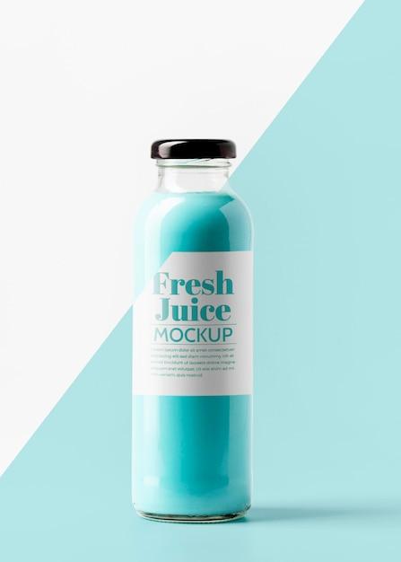 Vista frontal da garrafa de suco transparente com tampa Psd Premium