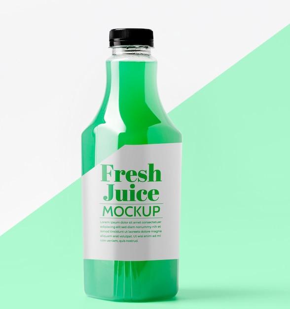 Vista frontal da garrafa de vidro transparente com suco Psd grátis