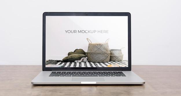 Vista frontal da maquete de laptop para decoração de interiores Psd grátis