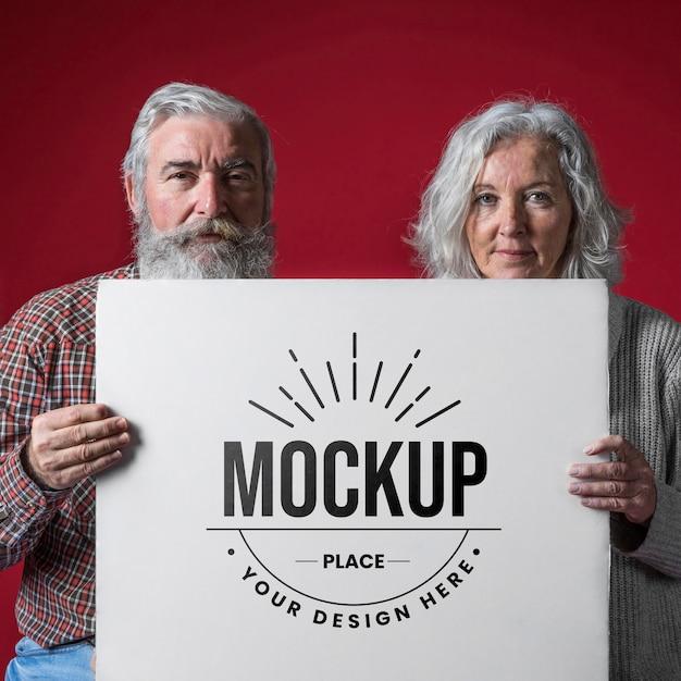 Vista frontal da maquete do casal de idosos Psd Premium