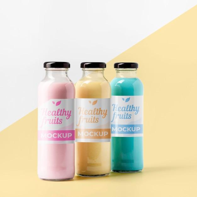 Vista frontal da seleção de garrafas de suco transparente com tampa Psd grátis