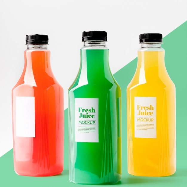Vista frontal da seleção de garrafas de suco transparentes Psd grátis