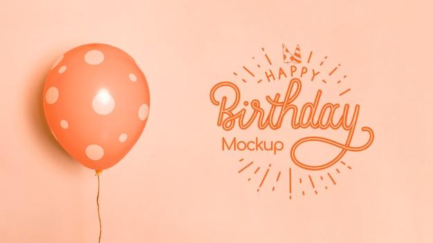 Vista frontal de balões de modelo de aniversário Psd grátis