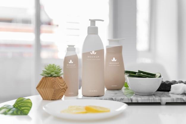 Vista frontal de frascos de cosméticos da mesa em casa Psd grátis
