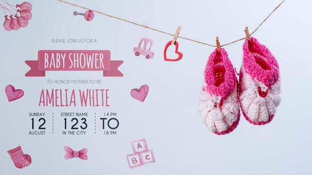Vista frontal de sapatos rosa e convite para chá de bebê Psd grátis